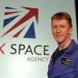 Astronauta Tim Peake passeggia nello spazio