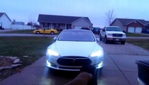YOUTUBE Auto elettrica Tesla entra ed esce da garage da sola