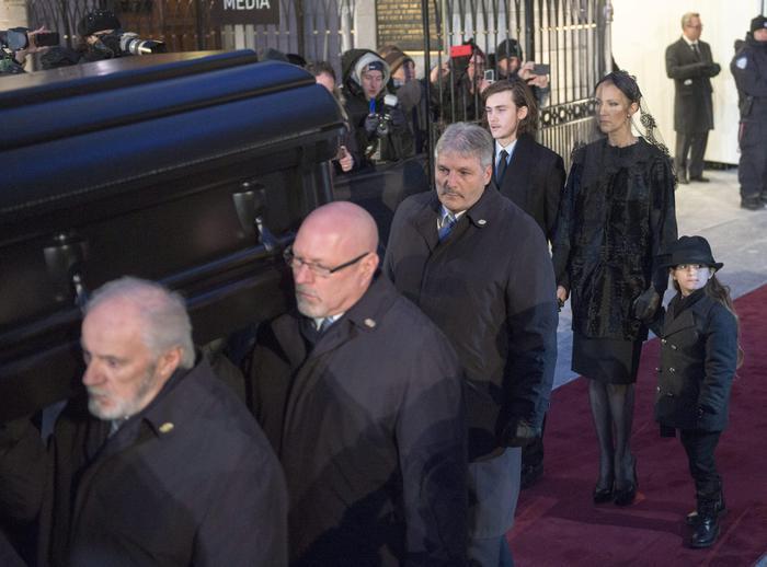 Celine Dion distrutta a funerali marito11