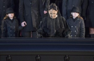 Guarda la versione ingrandita di Celine Dion pauses at the casket of her husband Rene Angelil after funeral services at Notre-Dame Basilica Friday, Jan. 22, 2016 in Montreal. Angelil died in Las Vegas on Jan. 14, at the age of 73. (Paul Chiasson/The Canadian Press via AP)
