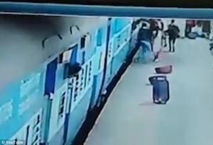 YOUTUBE Vestito troppo lungo, treno parte muore risucchiata