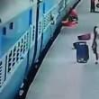 Donna muore risucchiata da treno in movimento2