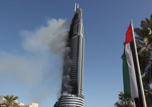 Guarda la versione ingrandita di Dubai, selfie davanti all'Adress Downtown Hotel in fiamme
