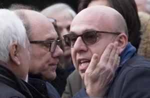 Guarda la versione ingrandita di Carlo Verdone (S) e Paolo Virzì durante i funerali laici di Ettore Scola presso la Casa del Cinema di Roma