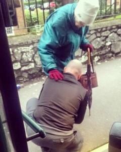 Guarda la versione ingrandita di Ferma bus che sta guidando e allaccia scarpe a anziana FOTO