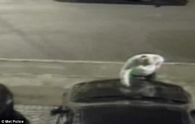 Graffia 25 auto in sosta, 50enne ricercato a Londra4