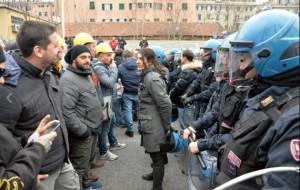 Ilva, la poliziotta che si toglie casco e calma la rabbia (1)