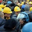 Ilva, la poliziotta che si toglie casco e calma la rabbia7