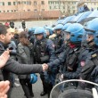 Ilva, la poliziotta che si toglie casco e calma la rabbia9