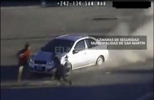 YOUTUBE Ladri d'auto investono mamma e figlia a Buenos Aires