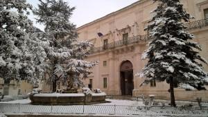 Guarda la versione ingrandita di La neve avvolge  Palazzo Ducale a Martina Franca , in Puglia, 18 genaio 2016. ANSA