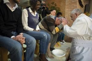 """Papa Francesco cambia il rito lavanda piedi: """"Anche donne"""""""