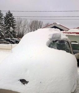 Parabrezza ricoperto di neve mentre guida, multato