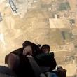 Paracadutista impigliato nella cintura di sicurezza