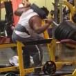 Pesi troppo pesanti bodybuilder fa crollare tutto