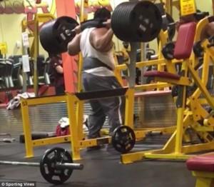 YOUTUBE Pesi troppo pesanti: bodybuilder fa crollare tutto