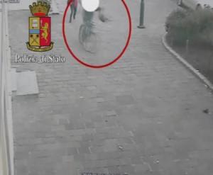 Milano, scippatore in bici attacca vittima VIDEO