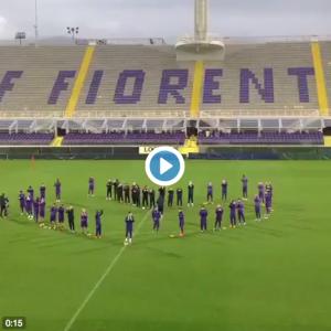 Guarda la versione ingrandita di I calciatori della Fiorentina si dispongono a cuore