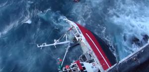 YOUTUBE Barca si ribalta in mare in burrasca: il salvataggio