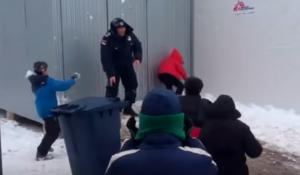 YOUTUBE Bimbi al campo profughi, palle di neve al poliziotto