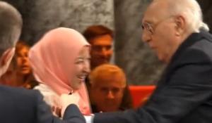 Gaffe Pippo Baudo a Ballarò: prova a baciare musulmana VIDEO