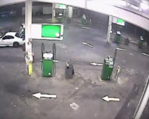 YOUTUBE Salva l'auto dai ladri con un salto pazzesco