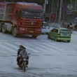 YOUTUBE Cina, camion travolge tre ragazze in scooter: illese 4