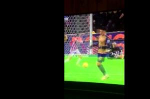 Guarda la versione ingrandita di VIDEO YOUTUBE – Steward colpito in pieno da pallonata