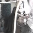 YOUTUBE Donna tenta di accoltellare ragazzo su un bus
