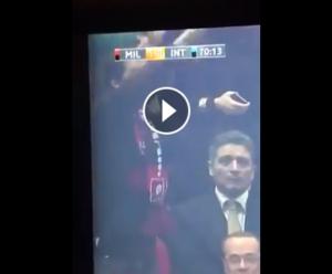 Guarda la versione ingrandita di Matteo Salvini gesto ombrello in Milan - Inter VIDEO