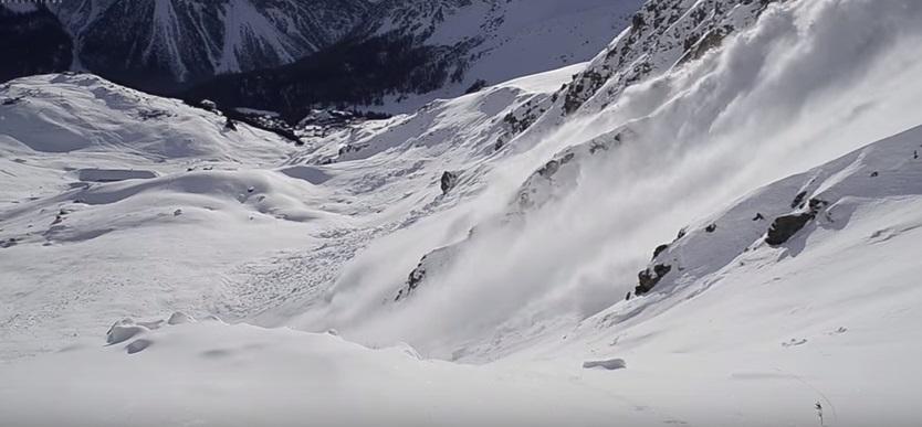 """Snowboarder con la valanga che lo """"insegue"""""""