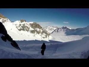 YOUTUBE Snowboarder scappa: la valanga lo insegue
