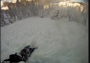 YOUTUBE Snowboarder provoca valanga e la riprende con GoPro