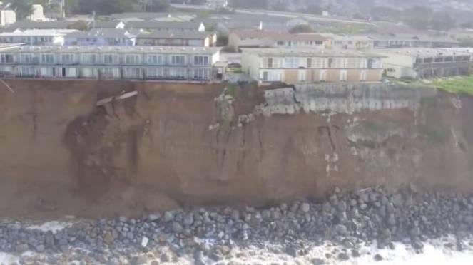 California, costa si sgretola: evacuate case su mare4