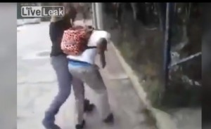YOUTUBE Stende il bullo che lo prendeva in giro
