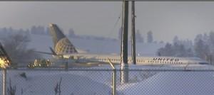 Usa, aereo finisce nella neve per il ghiaccio