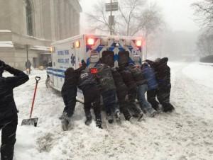 Guarda la versione ingrandita di Cittadini in strada a New York spingono un'ambulanza (foto Twitter)