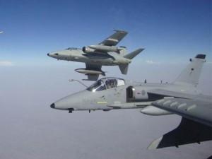 Guarda la versione ingrandita di Due dei quattro caccia Amx dell'Aeronautica Militare schierati dal 7 novembre 2009 in Afghanistan, ad Herat, (Foto Ansa)