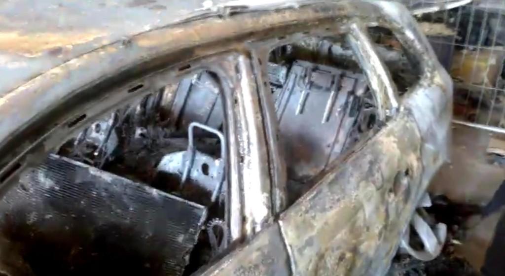 Audi gialla bruciata. FOTO. Tracce portano al covo banditi
