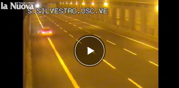 Audi gialla sfreccia a 270 km orari su Passante Mestre VIDEO5