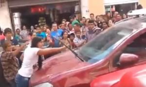 YOUTUBE Scopre marito con amante in auto: ecco come reagisce