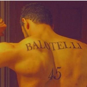 Balotelli tatuato sulla schiena. Mario al tifoso: Sei scemo?