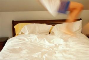 Milano, salta sul letto e riduce in fin di vita fratellino