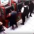 Brasile, guardia giurata si appoggia a bancomat 2