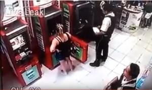 YOUTUBE Brasile, guardia giurata si appoggia a bancomat e…