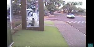 YOUTUBE Bimbo corre contro...vetro della fermata del bus