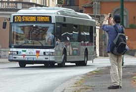 Roma. Su bus armato di coltello e martello: paura a Termini