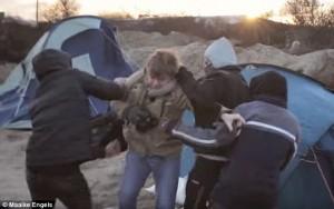 VIDEO YOUTUBE - Migranti assaltano giornalisti nella Giungla