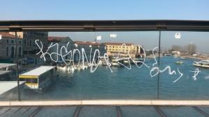 Guarda la versione ingrandita di Venezia, Ponte Calatrava: scritta bianca su vetro (di nuovo)