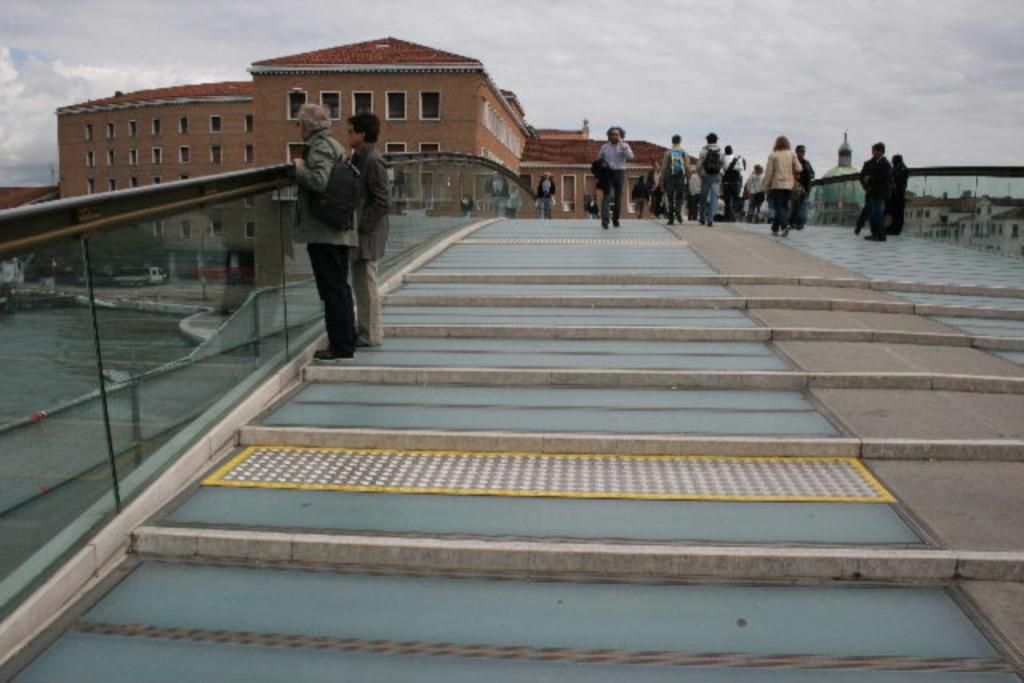Ponte di Calatrava: scritta bianca su vetro03